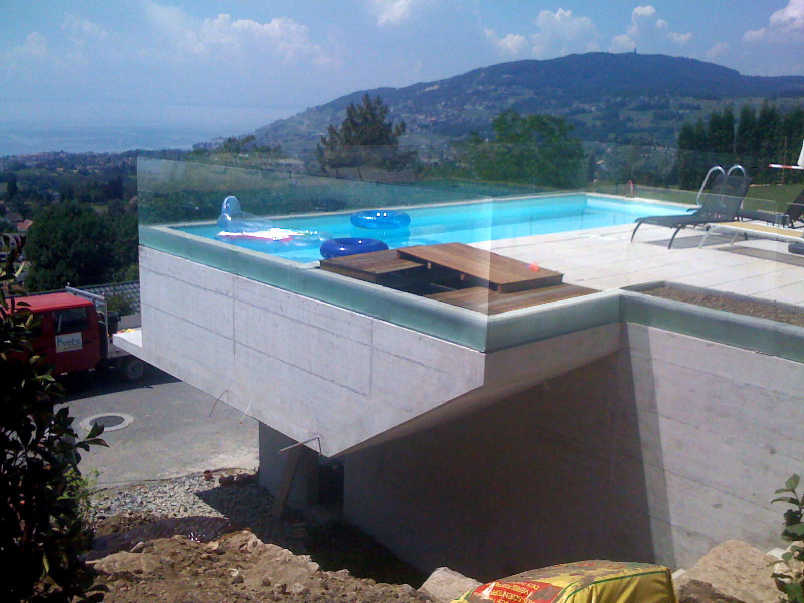 Link architectes piscine ext rieure et garage double for Piscine terrain en pente